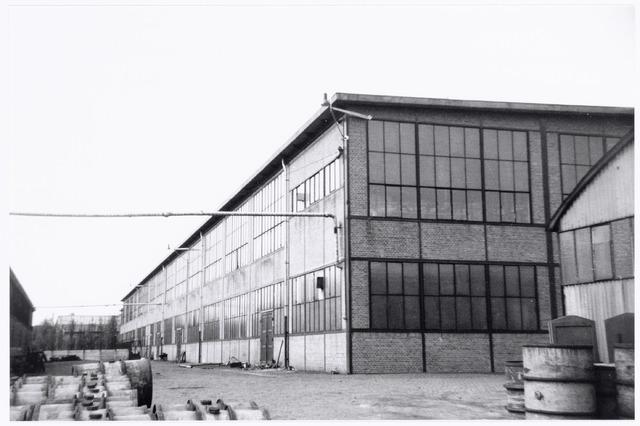038626 - Volt. Zuid. Gebouwen. 1938. De lange gevel is de oostgevel van gebouw M gefotografeerd in zuidelijke richting. In gebouw M waren gehuisvest de afdelingen Metaalwaren en de gereedschap-makerij.Voltstraat heette toen Nieuwe Goirleseweg.