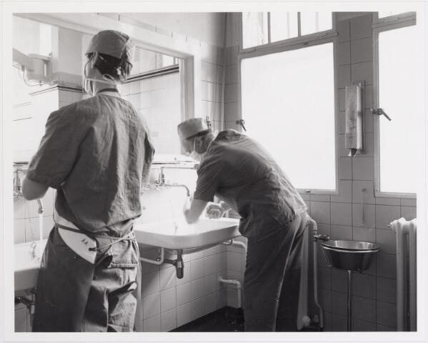 041860 - Elisabethziekenhuis. Gezondheidszorg. Ziekenhuizen. Voorbereidingen van chirurgen op een operatie in het St. Elisabethziekenhuis.
