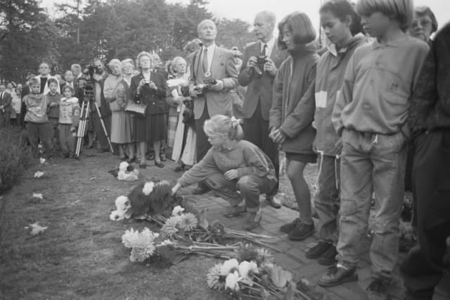TLB023000112_003 - WO2 ; WOII ; Kinderen leggen bloemen tijdens Bevrijdingsfeesten 1989  op Begraafplaats Vredehof,  Deze begraafplaats heeft een Brits ereveld met 76 doden uit de Tweede Wereldoorlog, afkomstig uit de landen van het Brits Gemenebest.