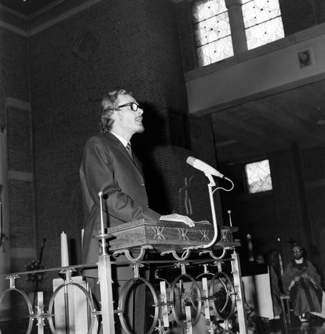 1237_006_246-2_002 - Kerk. Religie. Heilige mis.   De moderne wijding van Pater J. Wijnen door bisschop Bluyssen in juni 1973.