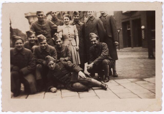 013717 - WO2 ; WOII ; Tweede Wereldoorlog. Mobilisatie. Groep in Tilburg gemobiliseerde soldaten kort voor het uitbreken van de oorlog. Onder hen de latere verzetstrijder Leo Winkelmolen uit Heerlen, die een tijdlang bij Coba Pulskens ondergedoken was