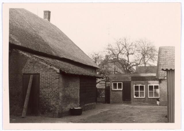 017803 - Erf van een boerderij aan de Rielseweg (thans Dr. Hub. van Doorneweg) begin 1968