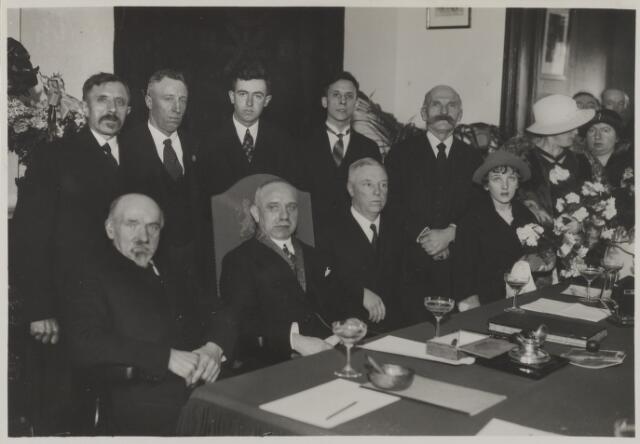 058773 - 25 jarig ambtjulilem van burgemeester D. Smits 1935  staand v.l.n.r.  D. van Beek, raadslid  C. de Jong, raadslid  J. Versteeg, raadslid  P.M. van der Perk, gemeenteontvanger  W. Begeer, raadslid  Mevr. Smits- van Dongen (vrouw met hoed)  zittend v.l.n.r.  A. Borstlap, wethouder  D. Smits, burgemeester  Maria Smits (dochter van burgemeester)