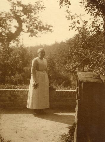 600572 - Dienstbode op het Kasteel van Loon op Zand. Waarschijnlijk Mieke Strijbosch (1861-1945).  Families Verheyen, Kolfschoten en Van Stratum