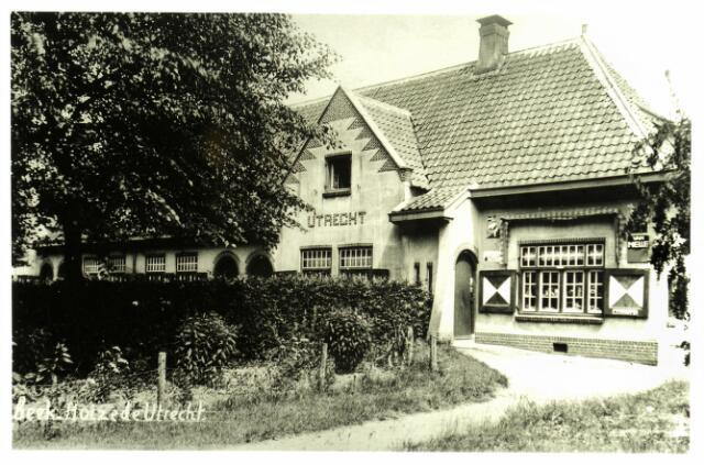 """054648 - Arbeiderswoningen van landgoed """"De Utrecht"""" aan de Lage Mierdseweg. Rechts de winkel van Piet van den Borne."""
