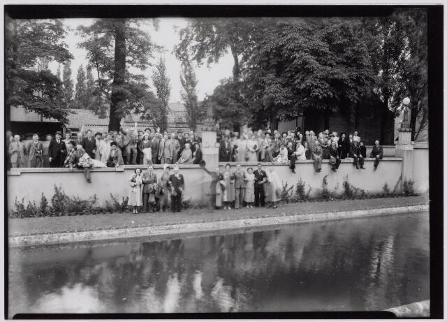 041338 - Te Tilburg vond in 1949 op 14 en 15 juni een tweedaags congres plaats van de Nederlandse vereniging van bloemisten. Na afloop werden de deelnemers door B. & W. ontvangen op het Paleis-raadhuis, waar de voorzitter van de vereniging de heer C. Thim de gemeente een schaal orchideeën aanbood. De burgemeester wees de bloemisten op het feit, dat de Tilburgsebevolking voornamelijk bestond uit eenvoudige hardwerkende mensen met oog voor de natuur.foto zittend op rand 4e v.r. Jules Boogers.