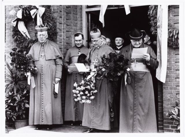 007612 - Bisschopswijding van Mgr. J.F.M. Pessers (1896-1961) bij de pastorie kerk van 't Goirke. Mgr Pessers is geboren 5 februari 1896, gestorven 3 april 1961.