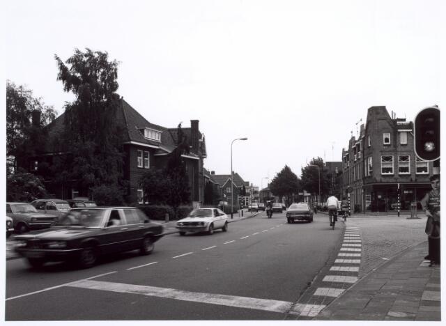 016628 - Broekhovenseweg in de richting van de Ringbaan-Zuid. Links de pastorie van de kerk Onze Lieve Vrouw van Goede Raad en rechts de Voltstraat