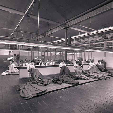 655021 - Textiel. Interieur. Stopsters aan het werk in de AaBe fabriek