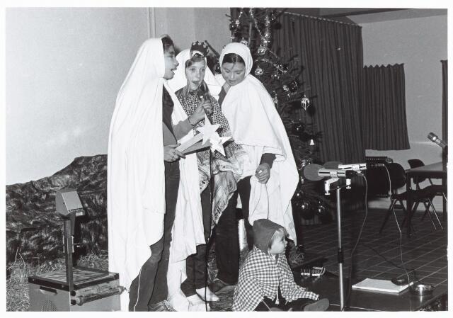 053130 - Driekoningen zingen in het Wijkgebouw Groenewoud op 6 jan. 1981.