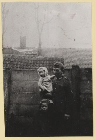 077375 - Tweede Wereldoorlog 1940-1945 Ingekwartierde Duitse soldaat in de tuin van zijn gastgezin.