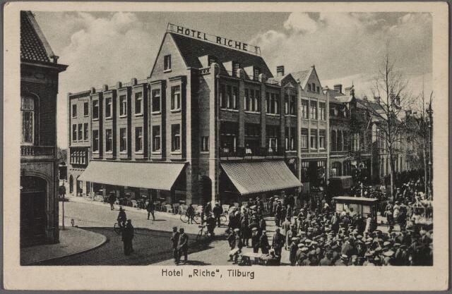 010576 - Zuidzijde Heuvel bij de toenmalige Prinses Julianastraat. Op het plein de drukte van een markt.