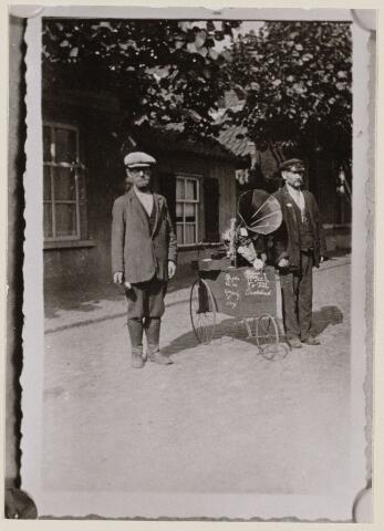 100217 - Straattypen in de Kloosterstraat; links T. van Trier en rechts Johannes Sestig
