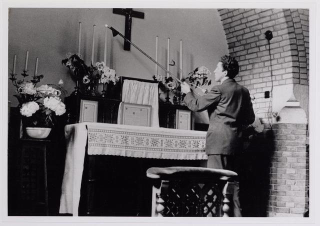 042007 - Ziekten. Pokken. Epidemieën. Quarantaine van besmette personen in het Cenakel tijdens de pokkenepidemie in 1951. Een van de patiënten doet dienst als koster van de kapel.