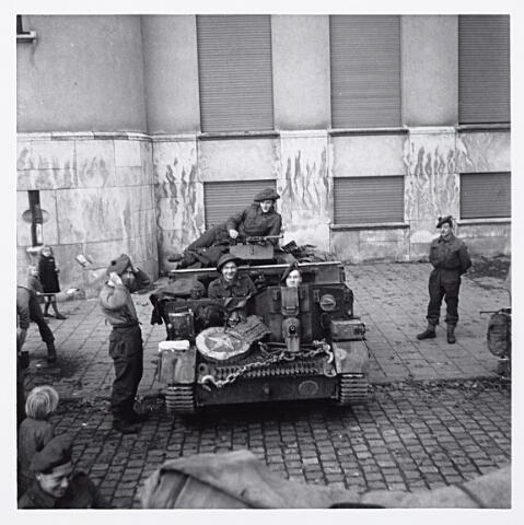 012159 - WO2 ; WOII ; Tweede Wereldoorlog. Bevrijding. Een voertuig van de Highland Light Infantery voor het Paleis-Raadhuis