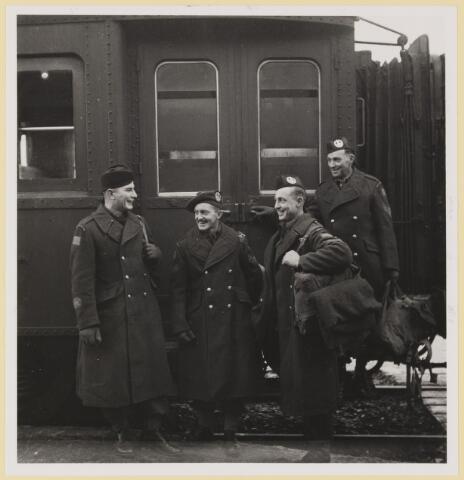 077538 - Tweede wereldoorlog 1940-1945. Bevrijdingsfoto: 31-12-1944 Cameron Highlanders. Van links naar rechts: C.S.M.L. Henderson/ Sgt. L.M. May/ sgt. E.C. Brown.