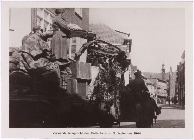 013170 - Tweede Wereldoorlog. Terugtocht van de Duitse militairen door de Kerkstraat in de richting van de Markt.