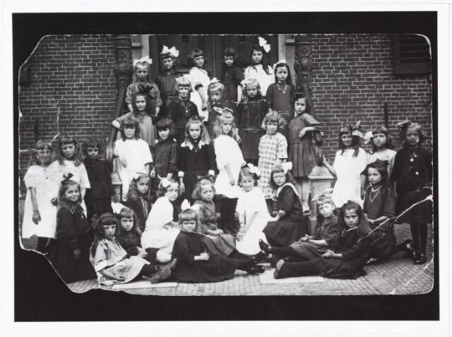 009750 - Eerste communiecanten van de meisjesschool 't Goirke voor de ingang van de oude pastorie.