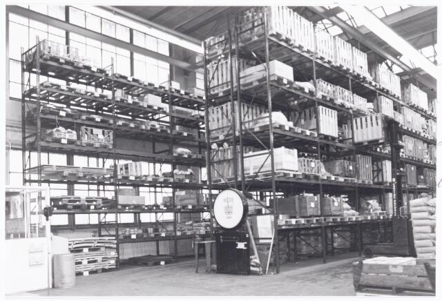 039260 - Volt, Hulpafdelingen, Magazijnen, Expeditie, Logistiek. Rond 1975 deed zich een enorm ruimteprobleem voor bij de magazijnen van Volt. Men besloot om een geheel nieuw centraal magazijn te bouwen in Noord dat gereedkwam in 1977. Ondertussen behielp men zich met het huren van een ruimte aan de Kroonstraat en tevens werd de oude gereedschapmakerij , gebouw M, op complex Zuid als zodanig ingericht.(zie foto)
