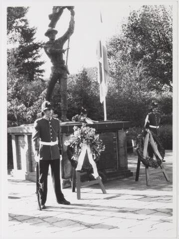 043227 - Kranslegging bij monument Brigade Prinses Irene bij 'Tilburg 40 jaar bevrijd'