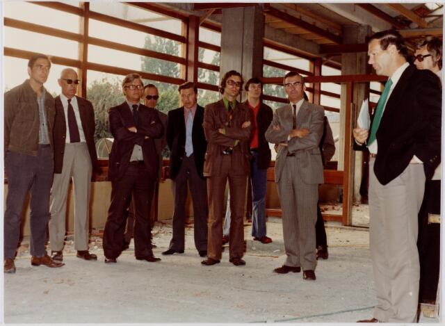 047096 - Plein 1803. Op 22 augustus 1974 was de bouw van het gemeentehuis zover gevorderd dat het ´pannenbier´ gedronken kon worden. Op de foto v.l.n.r. vijf onderaannemers en personeel van de aannemer, (met bril). wethouder P. Schellekens, Van Hees medewerker, architect van de Plas, aannemer van de Ven, burgemeester A. van den Wildenberg en J. Sombroek, chef financiën.