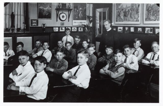 051338 - Basisonderwijs.  Klassenfoto r.k. lagere school. St. Petrus Canisius school. Deze was toen nog een jongensschool.