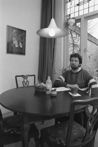 TLB023002722_004 - Politiek. Gemeenteraadslid / wethouder Roel van Gurp van Groen Links thuis aan de eettafel. Februari 1990.