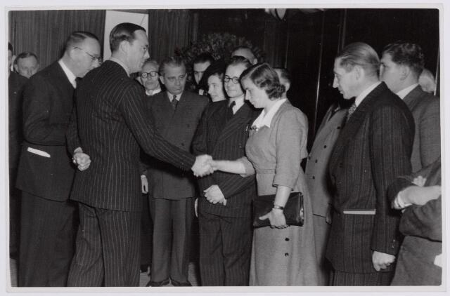 037702 - Op 13 november 1950 bracht prins Bernhard een bezoek aan Tilburg. Hij wordt hij ontvangen op het Paleis-Raadhuis