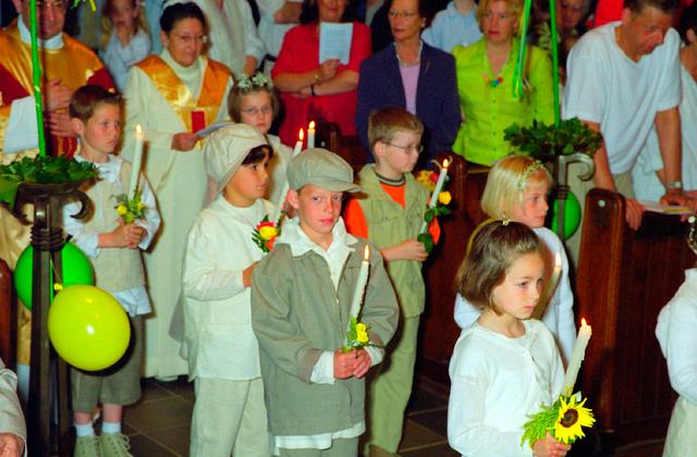 655358 - Eerste Heilige Communie viering in  de Sacramentskerk in de Tilburgse wijk Armhoef in 2001.