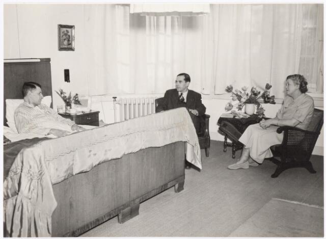 039291 - Volt, Directie, Management,Huldiging. Napraten met Ir. Frits Philips en de familie Kipperman naar aanleiding van de onderscheiding, Officier in de Orde van Oranje Nassau op 29 april 1950. V.l.n.r.; de directeur van Volt Ir. Kipperman, Ir. Frits Philips, President Commissaris bij Volt en Mw. Kipperman.