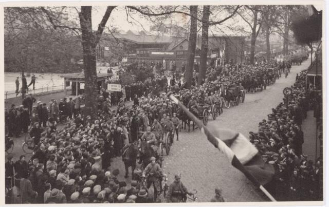 053678 - Aankomst van het 2e bataljon Jagers in de Spoorlaan hoek Stationsstraat