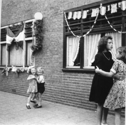 066340 - Tweede Wereldoorlog. Bevrijdingsfeest in de Esdoornstraat.