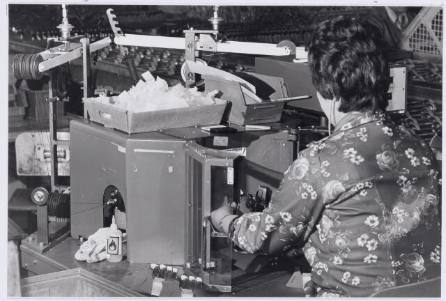 038975 - Volt.Zuid? Productie of fabricage afd. Deflectie units. Het wikkelen van beeldspoelen voor zwart/wit deflectie units waarschijnlijk rond 1960. Een deflectie unit is een ingewikkelde electromagneet die ervoor zorgt dat een beeld opgebouwd wordt op een ( vacuum-buis) televisie scherm.