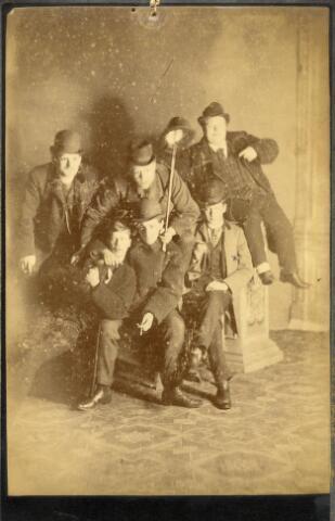 600957 - Groepje mannen (studenten?). De foto werd genomen in Utrecht. Een van de mannen op deze foto is Johan Marie Caspar Houben, geboren te Tilburg op 17 september 1868 en overleden te Breda op 16 juli 1936. Hij was suikerfabrikant in Zevenbergen.