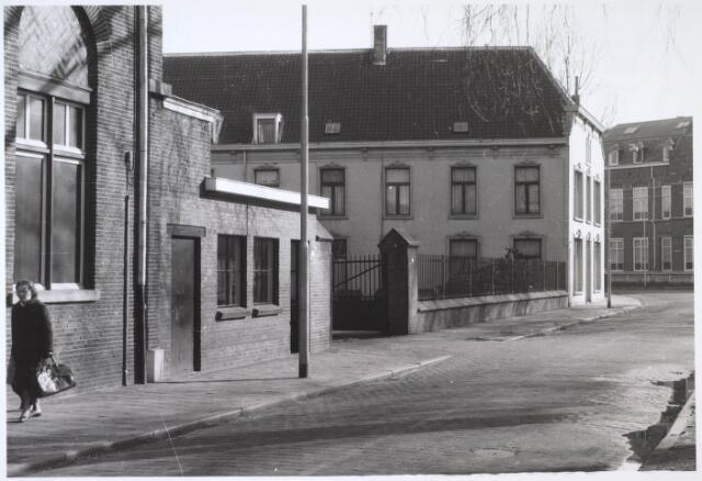 024572 - Gebouwen van de voormalige textielfabriek Van Dooren & Dams aan de oostzijde van het Korvelplein. In het witte gebouw is nu een huisartsenprijktijk en een apotheek gevestigd