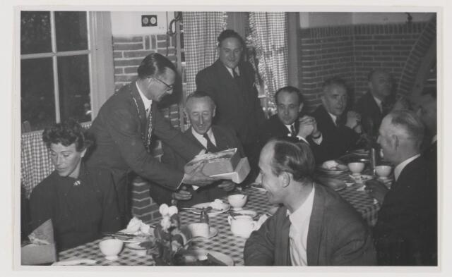 080998 - Eendracht van hoofd en hand Bracht hier groot werk tot stand  Gedenksteen gelegd door de Directeur - Generaal van de Wederopbouw en Volkhuisvesting Dr. Ir. Z.Y. van der Meer 26 mei 1952. De burgemeester laat iets speciaals zien. Staande: Willy Mulder.