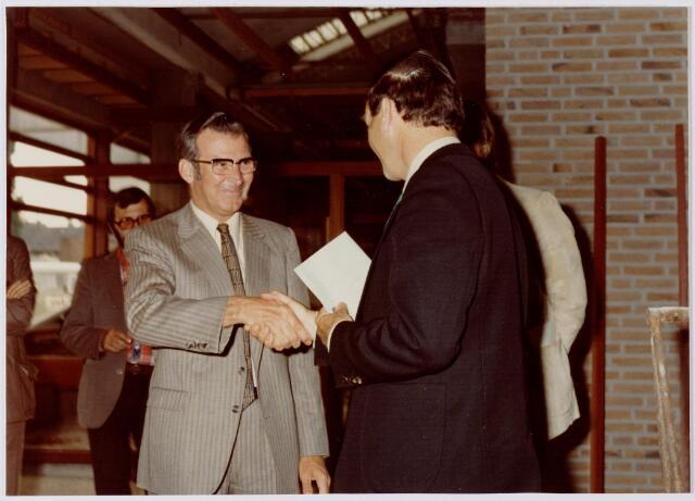 047098 - Plein 1803. Burgemeester Van den Wildenberg overhandigt aannemer Van de Ven een gesloten couvert.