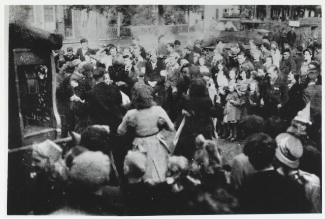 055633 - WOII; WO2; Hilvarenbeek, bevrijding. Feestvreugde op de Markt bij de vrijding van Hilvarenbeek.