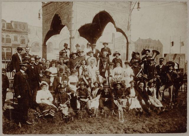 103836 - Tentoonstelling Stad Tilburg 1909 gehouden van 15 juli - 8 augustus 1909  Handel Nijverheid en Kunst. Het tentoonstelling-terrein was gelegen aan de 1e Herstalse Dwarsstraat (tussen Boomstraat en Industriestraat). Paviljoen 'Venetië'. Harmonie Orpheus.