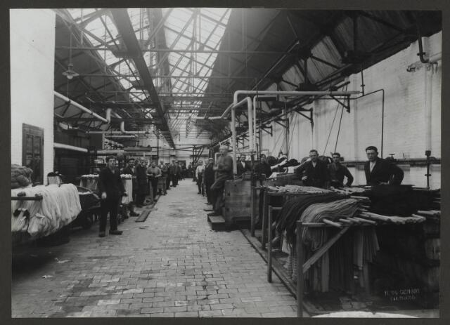 071847 - De katoenververij in één van de fabriekshallen van stoomververij en chemische wasserij De Regenboog aan de Bredaseweg te Tilburg. De foto is afkomstig uit een album dat werd gemaakt ter gelegenheid van het 40-jarig jubileum van textielfabriek De Regenboog op 2 december 1930.