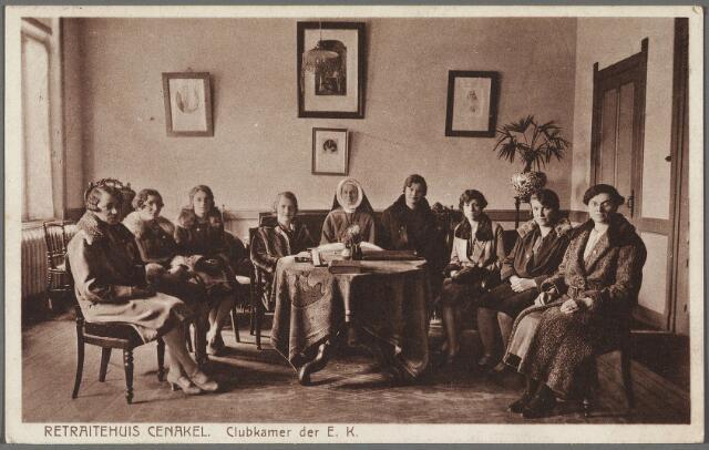 010246 - Een zuster van de congregatie der reglieuzen van O.L.V. van het Cenakel met retraitanten in de 'clubkamer der E.K.' van het retraitehuis aan de Koningshoeven, nu Kempenbaan.