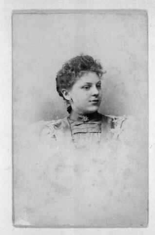 048585 - Wilhelmina Anna Cornelia van den Muijsenbergh geboren te Tilburg op 27 juli 1879 en overleden te Tilburg 13 februari 1958. Zij trad in 1898 in bij de zusters franciscanessen van de H. Familie te Leuvel en werd op 4 december 1900 geprofest. Haar kloosternaam was zuster M. Seraphia.