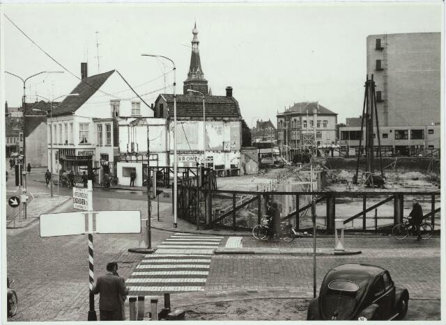 031026 - Schouwburgring. Nieuwbouw Schouwburgring plan Koegenboeg. doorbraak Bredaseweg / Paleisstraat. Op de achtergond het oude stadhuis en de kerktoren van het Heike. Rechts de achterzijde van de nieuw gebouwde stadsschouwburg.