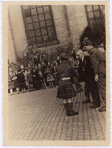 012546 - WO2 ; WOII ; Tweede Wereldoorlog. Bevrijding. Burgemeester Van de Mortel wordt voorgesteld aan de tamboer-maitre van de Schotse pijpers die op 29 oktober 1944 een parade gaf op de Markt