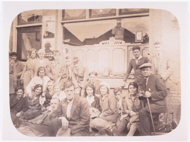 008854 - Voetprocessie Tilburg-Handel-Kevelaer. Vierde van links midden op de foto F. van Abeelen, rechts zittend met stok J. Stalpers achter hem staand J. Douwes, naast hem de dames W. en A. van Hest, links daarvan R. van Rijswijk. Zittend tweede van links tweede rij, M. Denissen achter haar met witte blouse M. van Hest. Laatste rij van links naar rechts: onbekende man, N. Vos, A. Stalpers, C. Denissen, J. Stalpers en G. Vos (1918-1943) overleden tijden de wereldoorlog II   (Birma Spoorlijn).