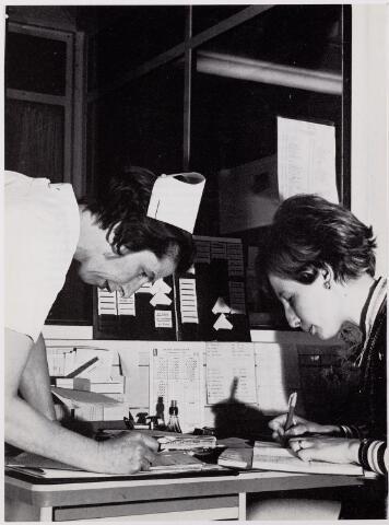 041922 - Gezondheidszorg. Ziekenhuizen. Personeel van de afdeling verloskunde in het Maria Ziekenhuis, nu Tweestedenziekenhuis. Hoofdverpleegster en administratief assistente