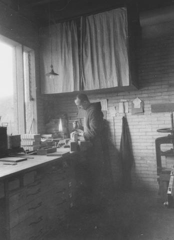 105272 - Monnikenleven Broeder Servatius in de drukkerij  Sint Paulusabdij. Kloosters.