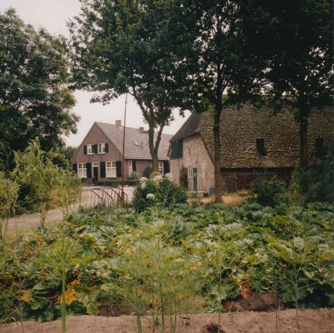 063909 - Boerderijen in het gehucht Giersbergen tussen Drunen en Udenhout.