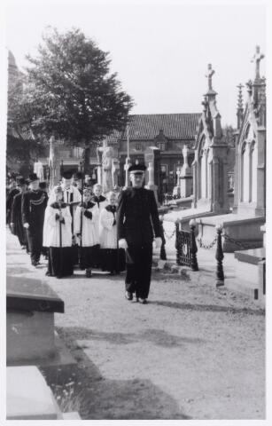 012029 - Begrafenis op het kerkhof van het Heike in de jaren dertig. Voorop in uniform de grafmaker J. van den Biggelaar (1889-1957). Hij woonde in de Wilgenstraat.