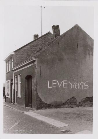 018328 - Zijgevel met graffiti van het pand Fabriekstraat 45.